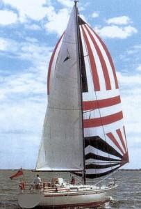 De Trintella met spinnaker onder Engelse vlag