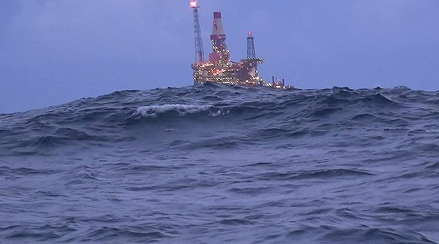 We passeren de olieboortoren Huldra op de Viking bank