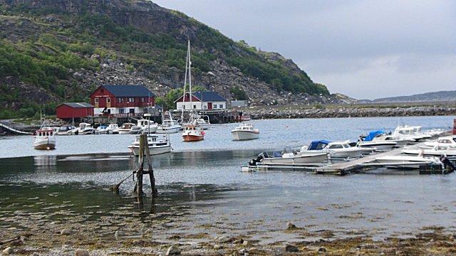 Het haventje van Vingsand met de grotere vissersboten aan ankerboeien