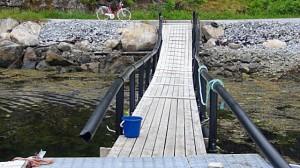 Van plastic buizen maken ze hier drijvende steigers, 'loopplanken' en zelfs golfbrekers