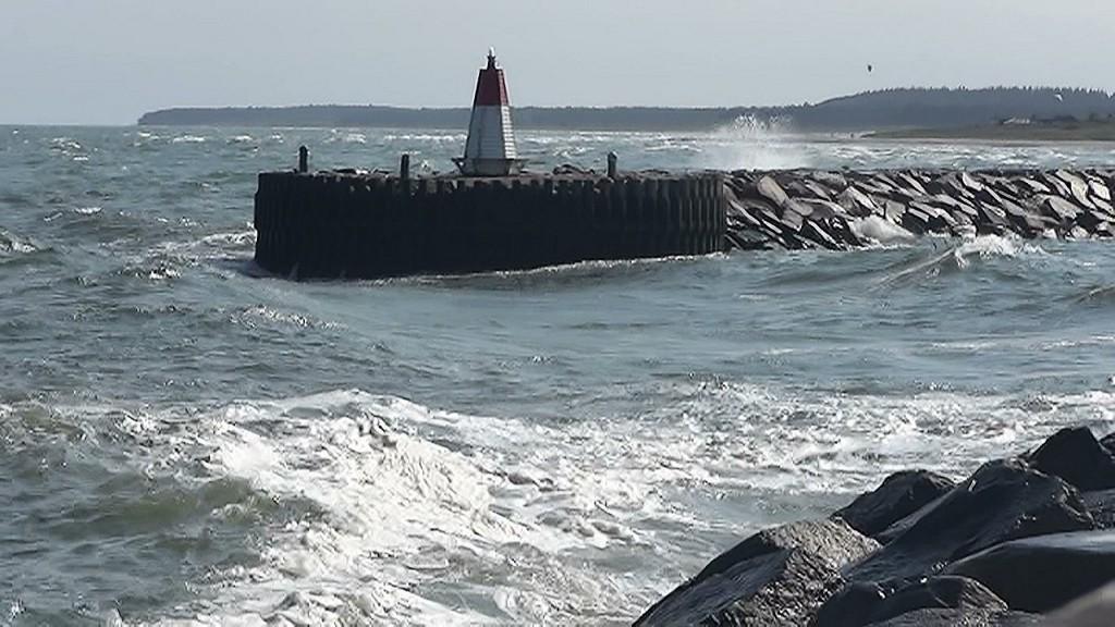 Geweldige golven voor de haveningang. Wel een paar jachten naar binnen, niemand naar buiten