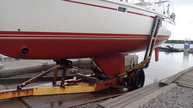 Met een door Lennaert zelf geconstrueerde bootwagen staat de HQ supersnel op de wal